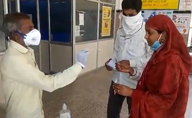 Gardener at Madhya Pradesh hospital seen collecting Covid samples as people perform 'self' test