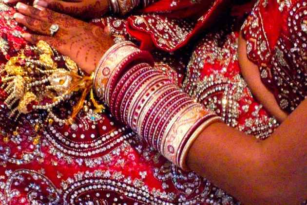 UP: 'bride' found in lakh rupees, escapes with clothes and jewelry as soon as seven rounds are made