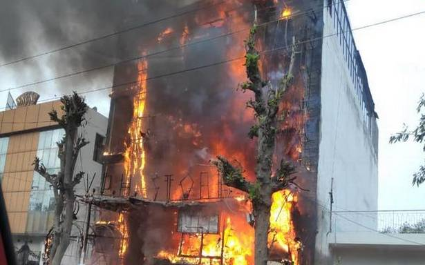 Heavy fire in Jaipuria Mall in Ghaziabad, fire brigade on the spot